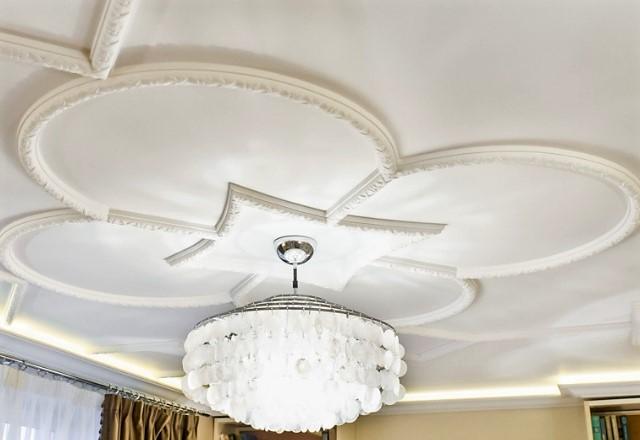 Сложный дизайн потолка, оформленный при помощи молдингов