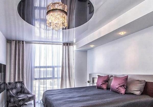 Совмещённый глянцевый потолок в спальне