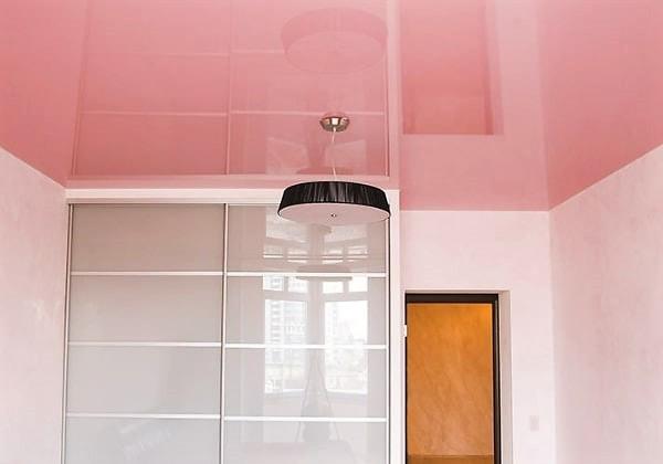 Цветной натяжной глянцевый потолок в комнате