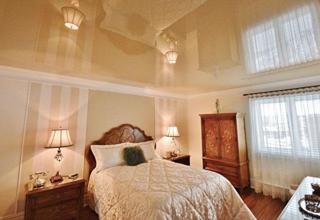 Зеркальный персиковый натяжной потолок в спальне