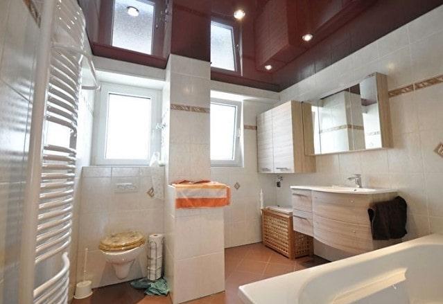 Цветной глянцевый натяжной потолок в ванной