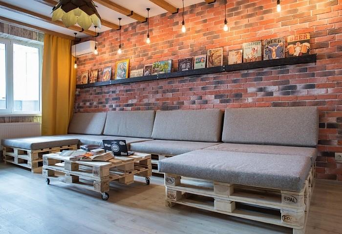 Общая зона хостела - место отдыха и общения гостей, белый натяжной потолок, оформленный деревянными балками, создаст для этого все необходимые условия