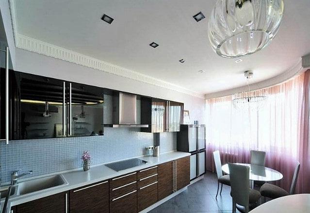 Одноуровневый потолок на кухне