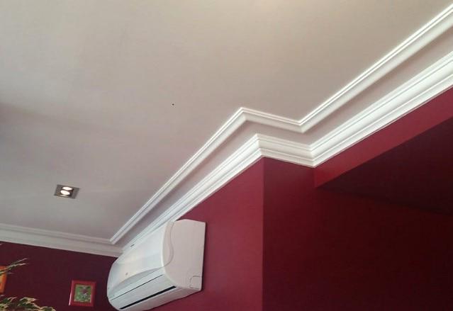 Классические гипсовые плинтуса с натяжными потолками