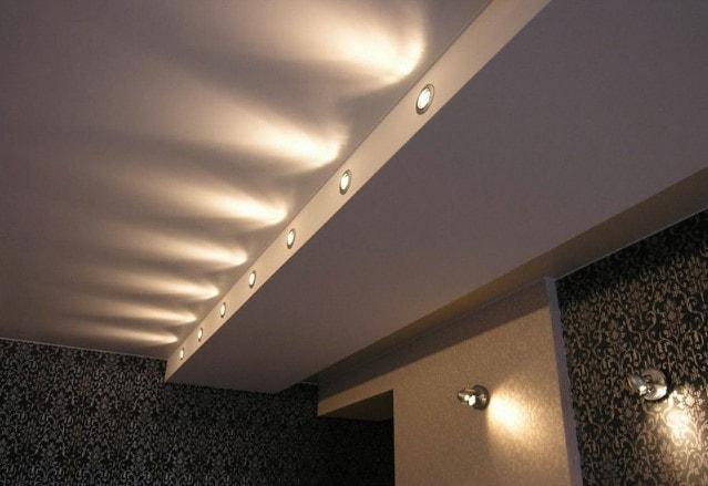 2 уровневый потолок с подсветкой точечными светильниками