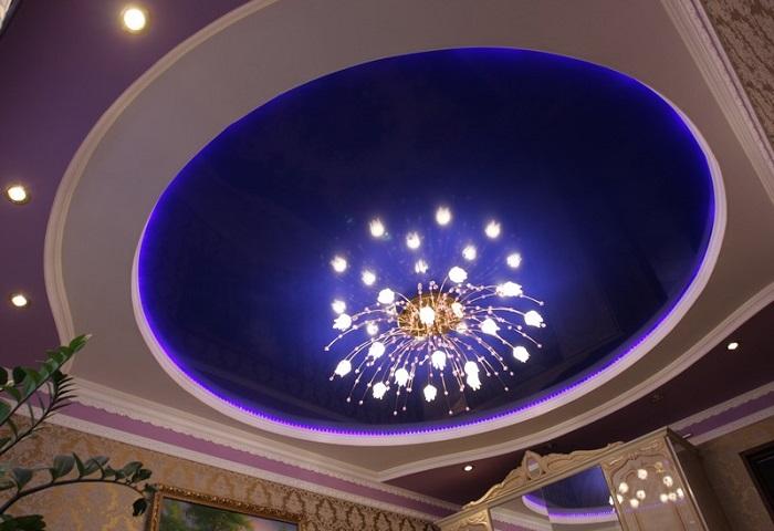 Натяжные потолки в гостиной СПб