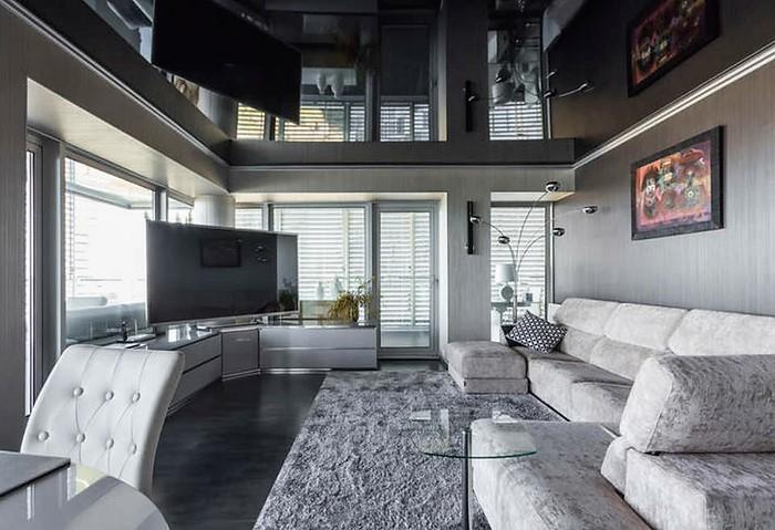 Черный глянцевый натяжной потолок, светлый декор, обилие света