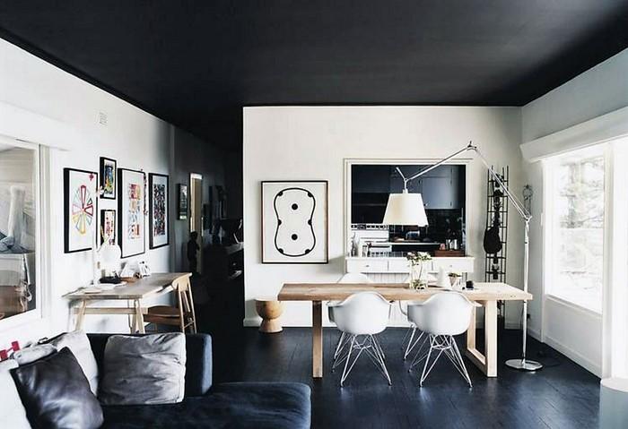 Черный матовый натяжной потолок в гостиной-столовой