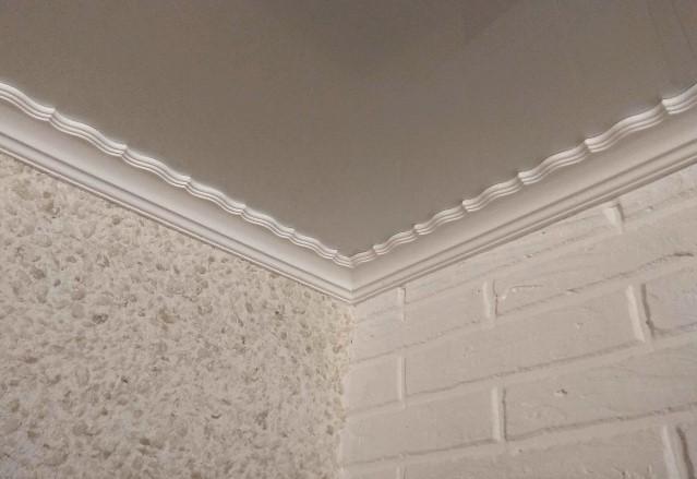 Потолочные галтели с глянцевым натяжным потолком