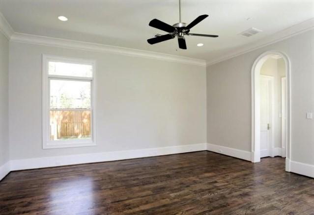Полиуретановые потолочные галтели отлично дополняют интерьер комнаты