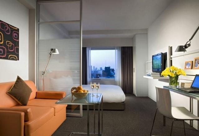 Матовый натяжной потолок в комнате в однокомнатной квартире