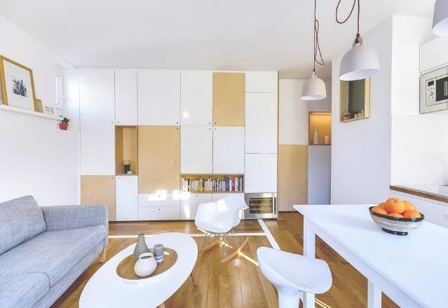 Классические белые натяжные потолки в двухкомнатной квартире