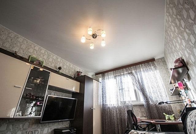 Белый сатиновый натяжной потолок в 3 к кв