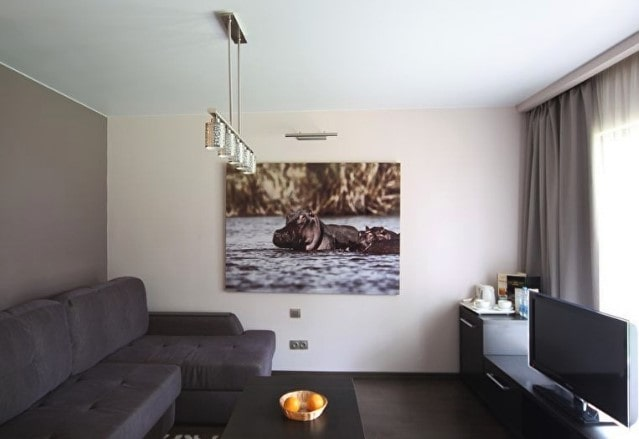 Матовый белый натяжной потолок в трехкомнатной квартире