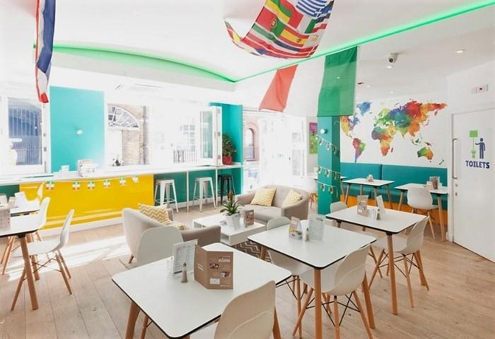 Небольшое уютное кафе в хостеле с изогнутым натяжным потолком с цветной подсветкой на пульте