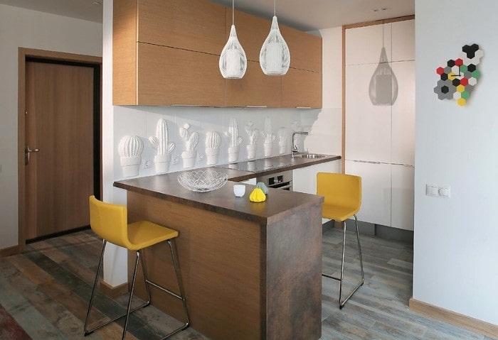 Матовые натяжные потолки эконом на совмещенной кухне