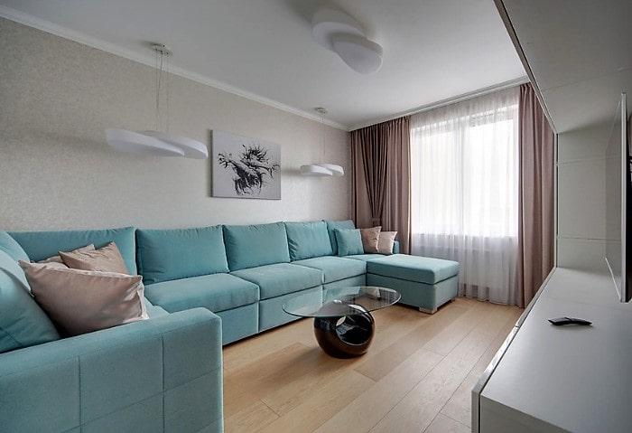 Белые сатиновые натяжные потолки эконом в большой гостиной