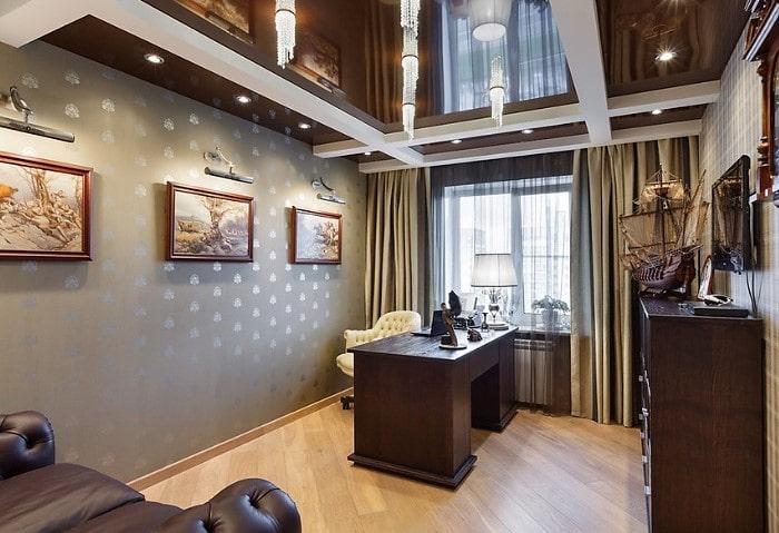 Коричневые глянцевые натяжные потолки эконом в кабинете