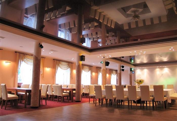 Черный глянцевый натяжной потолок в кафе