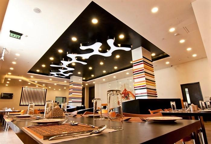 Совмещённый натяжной потолок в кафе, сочетание разных видов полотен