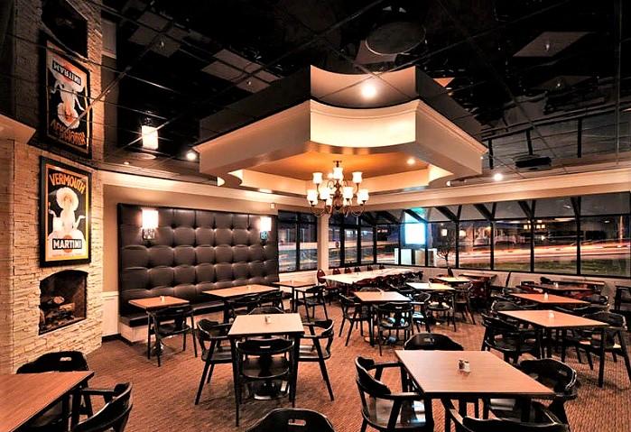 Чёрный глянцевый натяжной потолок в кафе, оформлен под потолочные зеркальные плитки