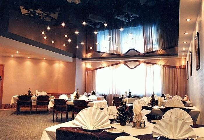 Уровневый натяжной потолок в кафе, сочетание чёрного глянца и белого сатина, точечное освещение