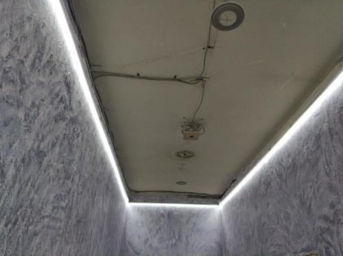 Натяжной потолок в коридоре с подсветкой по периметру, монтаж