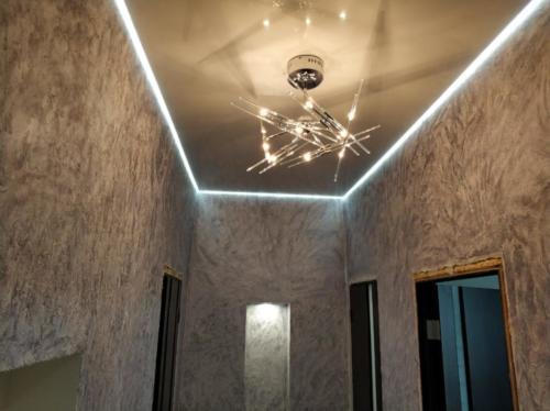 Натяжной потолок в коридоре с подсветкой по периметру, результат
