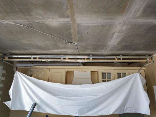 Натяжной потолок на кухне, монтаж