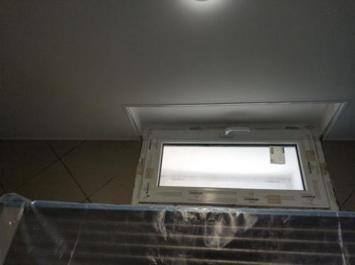Монтаж потолка с выемкой под окно