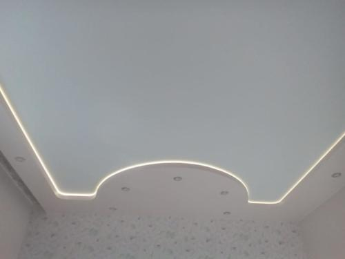 Резной потолок с полукругом и точечной подсветкой, результат