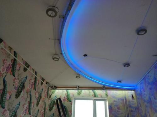 Цветной двухуровневый потолок с подсветкой, монтаж