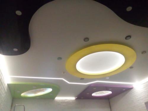 Сложные уровневый потолок с цветными вставками, результат