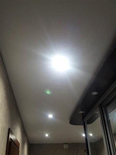 Новый натяжной потолок в коридоре