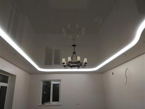 Двухуровневая потолочная конструкция