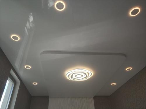 Дизайнерский потолок с гипрочной конструкцией и глянцевым натяжным полотном