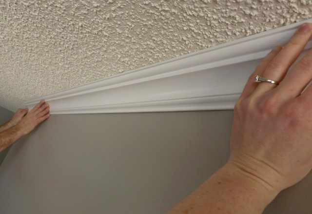 Монтаж полиуретанового багета в стык между стеной и потолком
