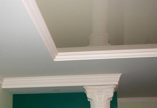 Потолочные плинтуса с глянцевыми натяжными потолками
