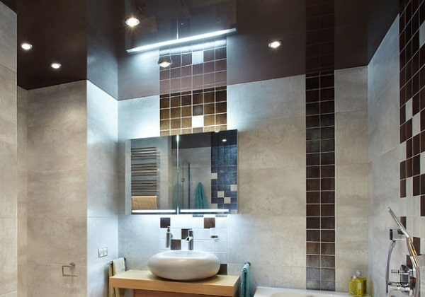 Натяжные потолок в ванне