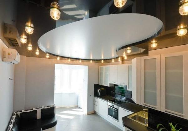 Совмещённый натяжной потолок на кухне