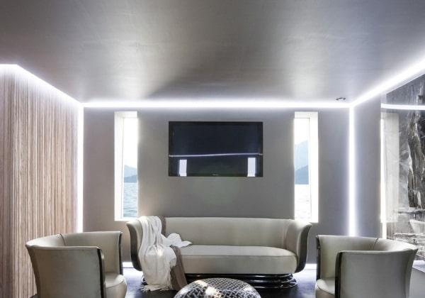 Матовый потолок в гостиной комнате