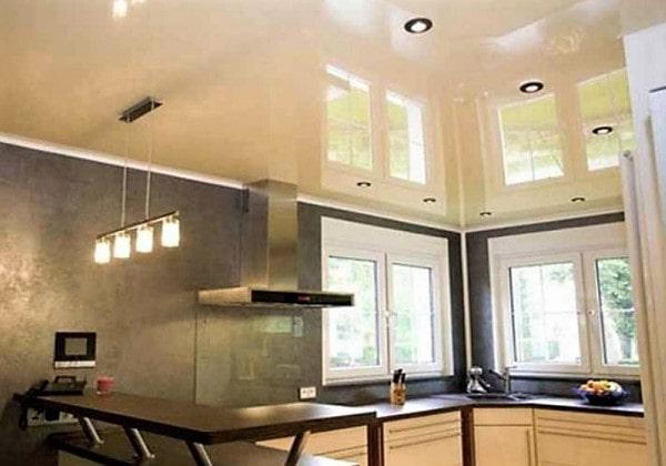 Светлый глянцевый натяжной потолок на кухне