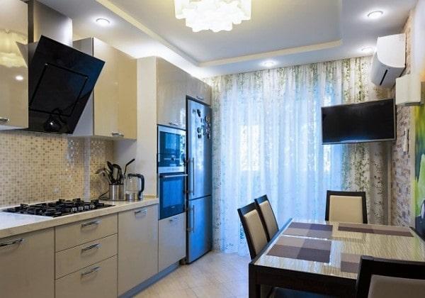 Чистый белый натяжной потолок на кухне